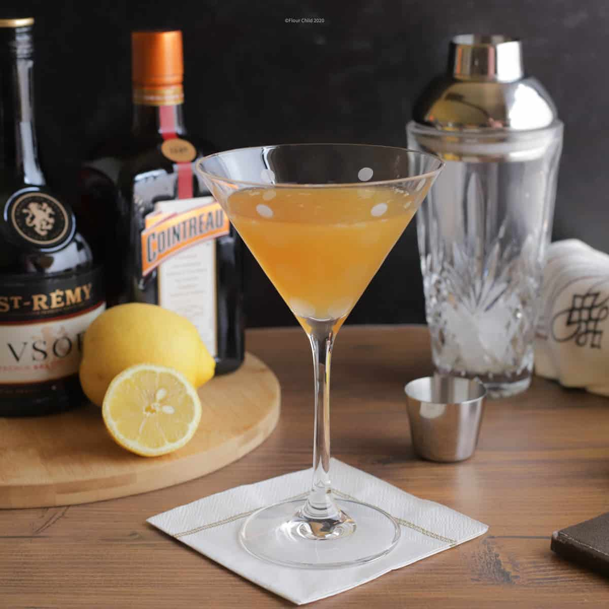 The sweet and sour Sidecar cocktail contains brandy, orange liqueur and fresh lemon juice for a refreshing drink.